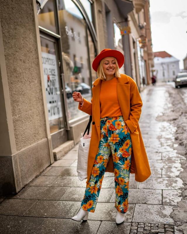 letne vzorovane nohavice oranzovy zimny kabat outfit